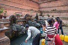 Nepalesische Leute sammeln Wasser lizenzfreies stockfoto