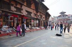 Nepalesische Leute und der Reisende, die bei Basantapur Durbar geht, quadrieren Stockbild