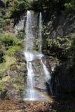 Nepalesischer Wasserfall ist Wasserströme über einem vertikalen Tropfen lizenzfreie stockfotografie