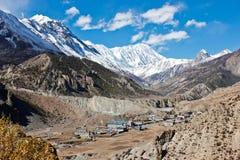 Nepalesisches Dorf in einem Talhoch oben im Himalaja stockfotografie