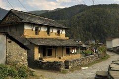 Nepalesisches Dorf, traditionelle Häuser lizenzfreie stockfotos