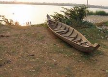 Nepalesisches hölzernes Boot auf Flussbank in Chitwan Lizenzfreie Stockfotografie