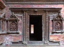Nepalesisches hölzernes Schnitzen am Palast in Patan, das Kathmandutal Stockbild