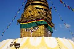 Nepalesisches stupa mit Gebetmarkierungsfahnen Lizenzfreie Stockbilder