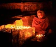 Nepalesisk äldre kvinna som ber med stearinljus Katmandu Nepal på Arkivbilder
