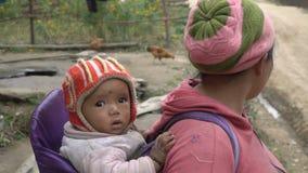Nepalesisk kvinna med ett barn stock video