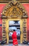 Nepalesisk kvinna som går vid Golden Gate i Bhaktapur Fotografering för Bildbyråer