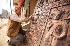 Nepalesisk man som arbetar i det hans wood seminariet Fotografering för Bildbyråer