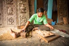 Nepalesisk man som arbetar i det hans wood seminariet Mer 100 kulturella grupper har skapat en bild Bhaktapur som huvudstad av Ne Royaltyfri Fotografi