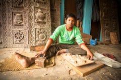 Nepalesisk man som arbetar i det hans wood seminariet Mer 100 kulturella grupper har skapat en bild Bhaktapur som huvudstad av Ne Royaltyfri Foto