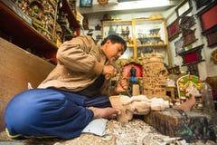 Nepalesisk man som arbetar i det hans wood seminariet Mer 100 kulturella grupper har skapat en bild Bhaktapur som huvudstad av Ne Fotografering för Bildbyråer