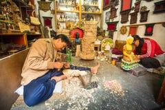 Nepalesisk man som arbetar i det hans wood seminariet Mer 100 kulturella grupper har skapat en bild Bhaktapur som huvudstad av Ne Arkivbild