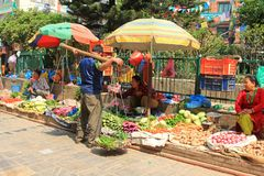 Nepalesiska gatasäljare på Tahiti Tole i Katmandu Royaltyfria Foton