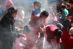 Nepalesiska hinduiska fantaster deltar i den Swasthani Brata Katha festivalen som rymms på den Swasthani Matha templet royaltyfri bild