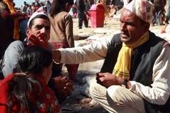 Nepalesiska hinduiska fantaster deltar i den Swasthani Brata Katha festivalen som rymms på den Swasthani Matha templet royaltyfria foton