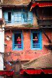 Nepalesiska kvinnor över att se fyrkantiga Durbar, Katmandu, Nepal Royaltyfri Bild