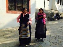 Nepalesiska kvinnor i traditionell färgrik kläder arkivbilder