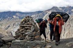 Nepalesiska portvakter på passera Royaltyfri Bild