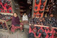 Nepalesiska säljaresouvenir Mer 100 kulturella grupper har skapat en bild Bhaktapur som huvudstad av Nepal konster Fotografering för Bildbyråer