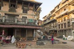 Nepalesiska säljaresouvenir Mer 100 kulturella grupper har skapat en bild Bhaktapur som huvudstad av Nepal konster Royaltyfri Bild