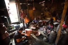 Nepalesiska tinmans som arbetar i det hans seminariet Mer 100 kulturella grupper har skapat en bild Bhaktapur som huvudstad av Ne Fotografering för Bildbyråer