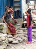 Nepalesiskt folk i den Jagat byn royaltyfri bild