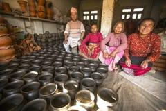 Nepalesiskt folk i det hans krukmakeriseminariet Mer 100 kulturella grupper har skapat en bild Bhaktapur som huvudstad av Nepal k Royaltyfri Bild