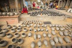 Nepalesiskt folk i det hans krukmakeriseminariet Mer 100 kulturella grupper har skapat en bild Bhaktapur som huvudstad av Nepal k Royaltyfri Foto