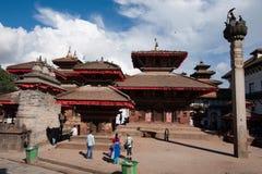 Nepalesiskt folk och turister som besöker den Durbar fyrkanten. Nepal Katmandu Royaltyfri Bild