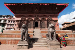 Nepalesiskt folk och turister som besöker den Durbar fyrkanten. Nepal Katmandu Arkivbilder