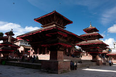 Nepalesiskt folk och turister som besöker den Durbar fyrkanten. Nepal Katmandu Royaltyfri Fotografi