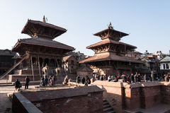 Nepali και τουρίστας στην πλατεία Patan Durbar στοκ εικόνα