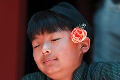 Nepali de sorriso novo no traje tradicional fotografia de stock royalty free