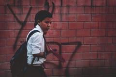 Nepali-Jungen, die zur Schulabnutzungs-Uniform und zur roten Bindung bei Thamel S gehen Stockbilder