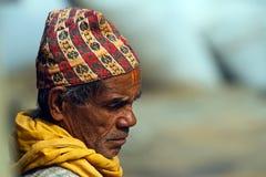 Nepalibrahmangamal man som bär den traditionella hatten arkivfoton