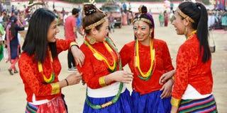 Nepaliflickor i traditionell dress som har gyckel royaltyfri fotografi