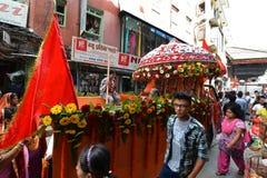 Nepalifolk som firar den Dashain festivalen Arkivbilder