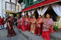 Nepalifolk som firar den Dashain festivalen Arkivbild