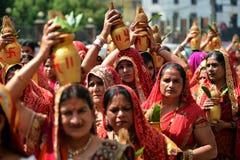 Nepalifolk som firar den Dashain festivalen Royaltyfri Foto