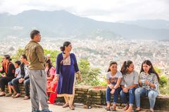 Nepalifolk som tycker om med vänner och familjer arkivbilder