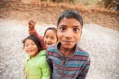 Nepalikinder, die für die Kamera überfallen Lizenzfreie Stockfotos