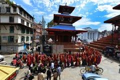 Nepalileute, die das Dashain-Festival feiern Lizenzfreie Stockfotografie