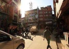 Nepalileute, die morgens hinunter die Thamel-Straße unter Sonnenaufgang in Kathmandu gehen Stockfotos