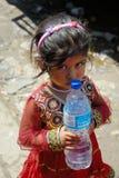 Nepalimädchen mit Flasche Wasser Stockfotos
