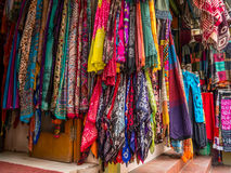 Nepaliopslag Front Displaying Many Scarves stock afbeelding