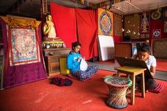 Nepalscy artyści maluje mandala Zdjęcia Royalty Free