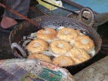Nepalscy chlebowi pączki smażyli w czarnej brudnej niecce Zdjęcie Royalty Free