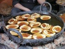 Nepalscy chlebowi pączki smażyli w czarnej brudnej niecce Obrazy Royalty Free