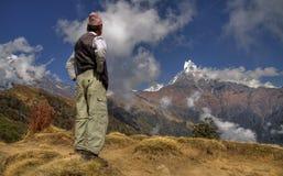 Nepalscy mężczyzna i góry machapuchare Obraz Royalty Free