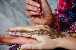 Nepalska dziewczyny farba Mehndi lub henna ind projektujemy dla tajlandzkiego podróżnika Obraz Royalty Free